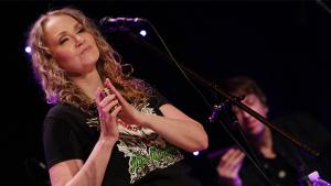 """Compositora da música """"One of Us"""", Joan Osborne faz show em Goiânia"""