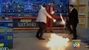 Apresentador Luís Ricardo erra número circense e pega fogo ao vivo no Programa do Ratinho
