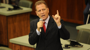 Major Araújo será punido por arremessar tablet contra deputado