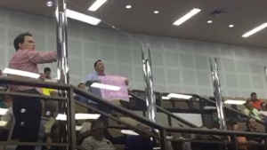 Andrey chega atrasado para a primeira sessão da Câmara e é criticado por manifestantes