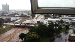 Em cenário assustador, córrego transborda e invade Marginal Botafogo