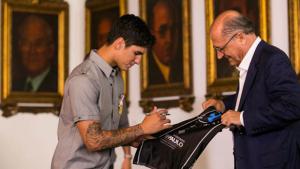 Campeão mundial de surfe, Gabriel Medina recebe medalha de mérito esportivo