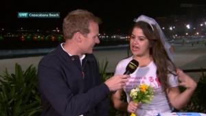 """Em momento hilário, noiva brasileira """"invade"""" trasmissão da BBC no Rio"""
