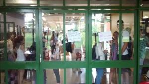 """Ocupantes afirmam que professor da UFG expulso de prédio """"deslegitimou"""" movimento"""