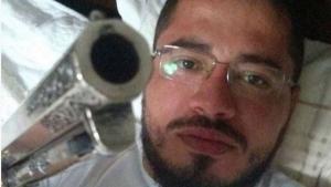 Padre publica foto segurando arma e gera polêmica nas redes sociais