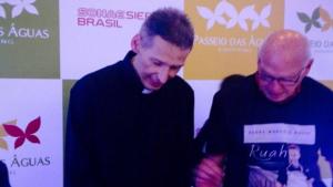 Padre Marcelo Rossi participa de sessão de autógrafos em Goiânia