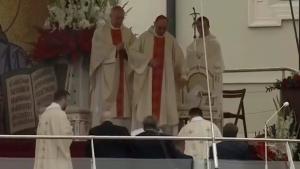 Papa Francisco cai durante celebração de missa na Polônia