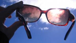 Usar óculos de sol falsificado pode causar doenças, alerta oftalmologista