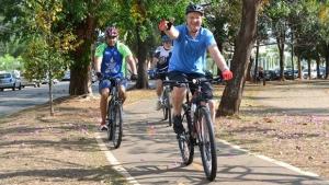 Paulo Garcia e esposa recebem dicas de como pedalar em Goiânia
