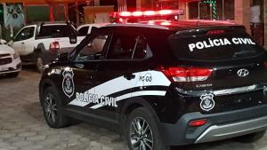 PC apresenta suspeitos de matar a facadas e pedradas acusado de abuso sexual em Goiânia