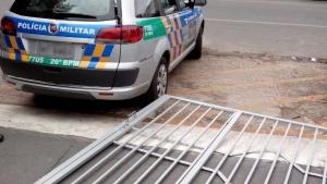 Após suposto crime eleitoral, rapaz foge da delegacia e derruba portão em carro da PM
