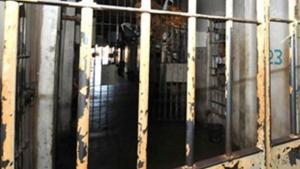 Em Rio Verde, quatro detentos abrem buraco na parede e fogem de presídio