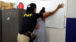 Mãe com bebê de quatro meses é presa por transportar cocaína em ônibus