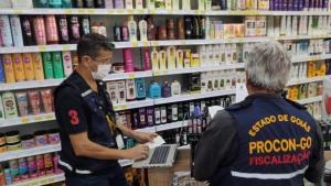 Procon e Decon apreendem centenas de frascos de álcool gel em farmácia de Goiânia