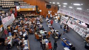 Professores suspendem greve e desocupam plenário da Câmara Municipal