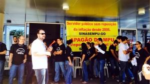 Em protesto, servidores do MPF-GO distribuem pizza na T-63