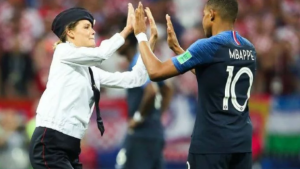 Grupo feminista Pussy Riot assume invasão na final da Copa da Rússia. Entenda