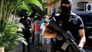 PMGO apresenta grupo suspeito de extorsão e sequestro contra gerente de banco