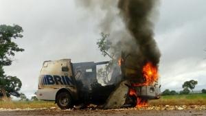 Bandidos explodem carro-forte na BR-070, em Montes Claros de Goiás
