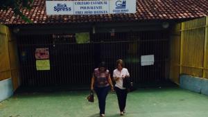 Secretária é impedida de entrar em escola ocupada para conversar com alunos