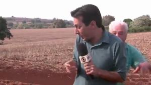 Morador finge ser onça e assusta repórter durante reportagem. Veja vídeo