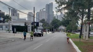 Atletas se arriscam em disputa com carros na Ricardo Paranhos