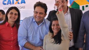 Roberto Naves entrega 146 casas no Residencial Polocentro