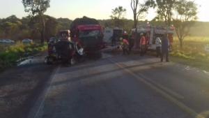 Colisão na BR-153 causa quatro mortes e bloqueia trânsito na rodovia