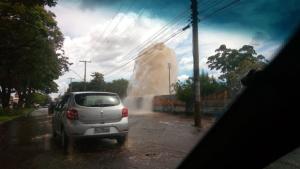 Adutora se rompe e alaga ruas de Goiânia; veja vídeos