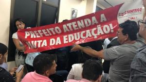 Servidores da Educação aproveitam presença de Iris para protestar na CEI da Saúde