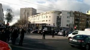 Homem mantém reféns em agência de correios na França