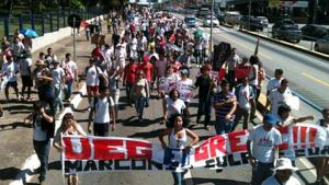 Alunos e servidores da UEG realizam manifestação pelo salário de dezembro e contra redução de orçamento