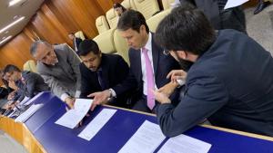 Andrey Azeredo entrega documentos da gestão para presidente da Câmara eleito