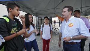 Vanderlan assina pacto pela juventude e promete Wi-Fi gratuito em praças