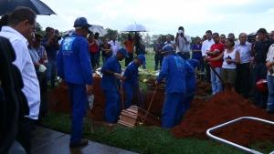 Corpo do ex-prefeito Darci Accorsi é enterrado sob forte chuva em Goiânia