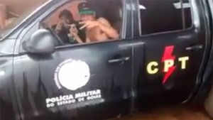Jovens gravam vídeo dirigindo carro da PM em Jataí e depois pedem desculpas; assista